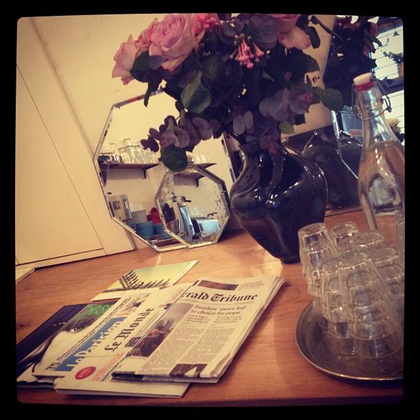 table counter paris newspaper lemonde telescope cafe