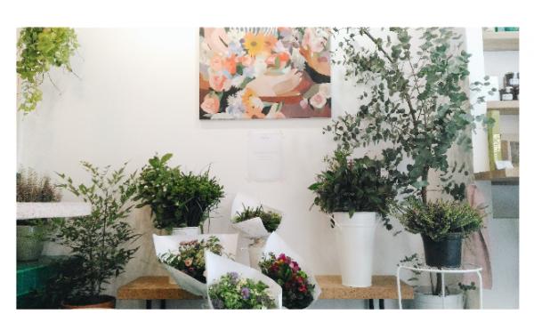 flowers in paris coffee shop