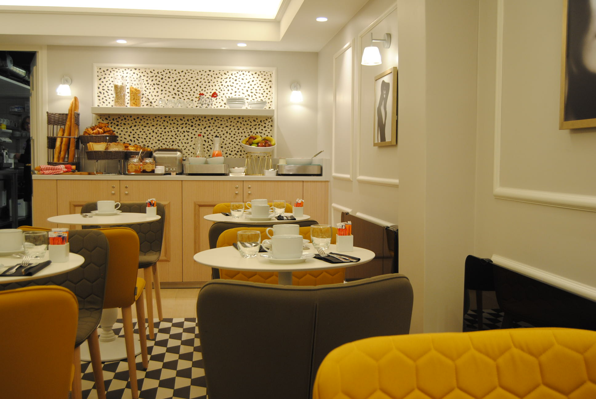 paris hotel review hotel pastel close to champs elysee. Black Bedroom Furniture Sets. Home Design Ideas